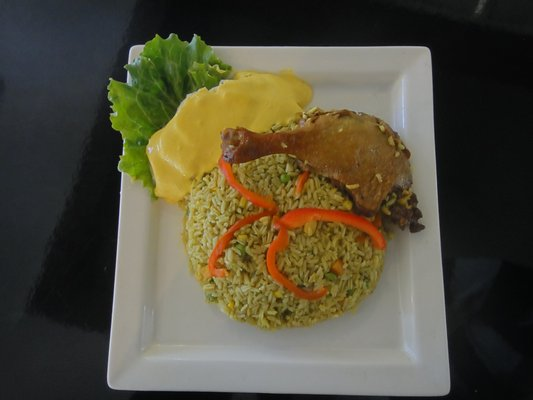 arroz con pollo y salsa de huancaina